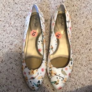 White Floral Print Point Tip Flats